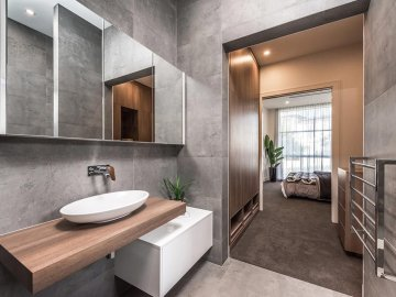 <p>This beautiful, spacious bathroom is practical and stylish.</p>